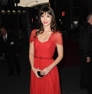 Mary Elizabeth Winstead looking beautiful in red dress